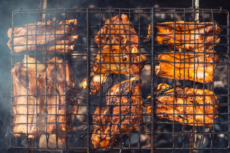 在格栅的鲜美烤猪排烤顶视图 在明亮的夏天太阳下 免版税图库摄影