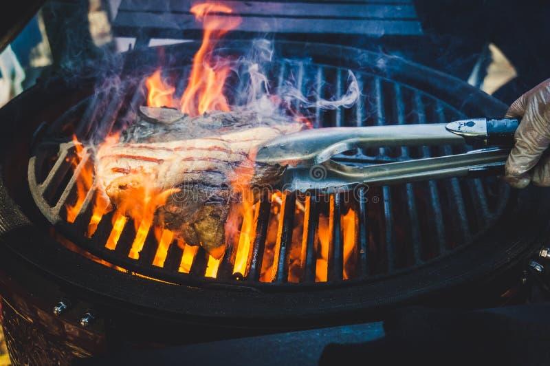 在格栅的鲜美牛排与火发火焰 免版税图库摄影