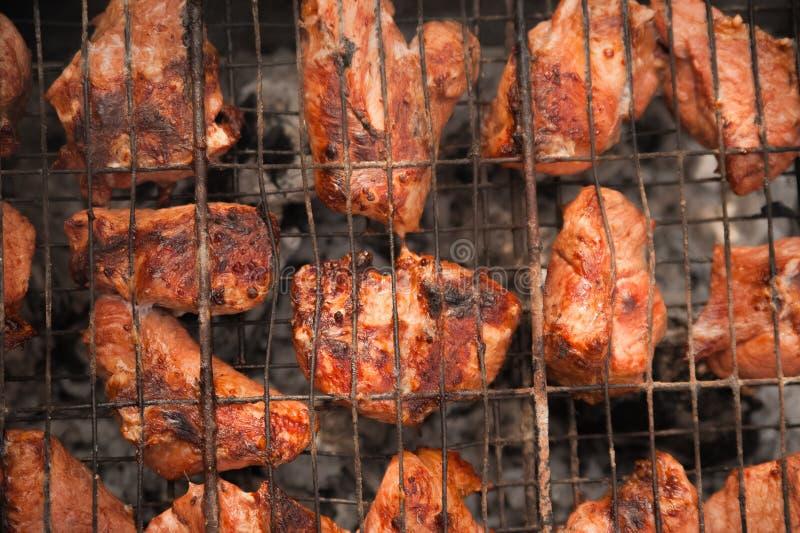 在格栅的Kebabs猪肉与烟特写镜头 烤肉大块在火的 后院,休息,肉,夏天,拷贝s的概念 免版税库存照片