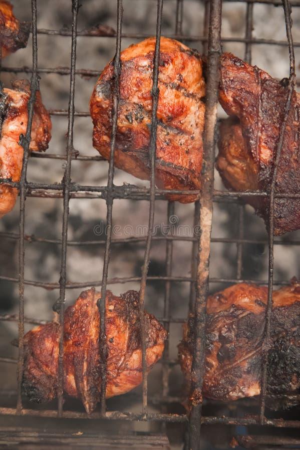 在格栅的Kebabs猪肉与烟特写镜头 烤肉大块在火的 后院,休息,肉,夏天,拷贝s的概念 库存图片