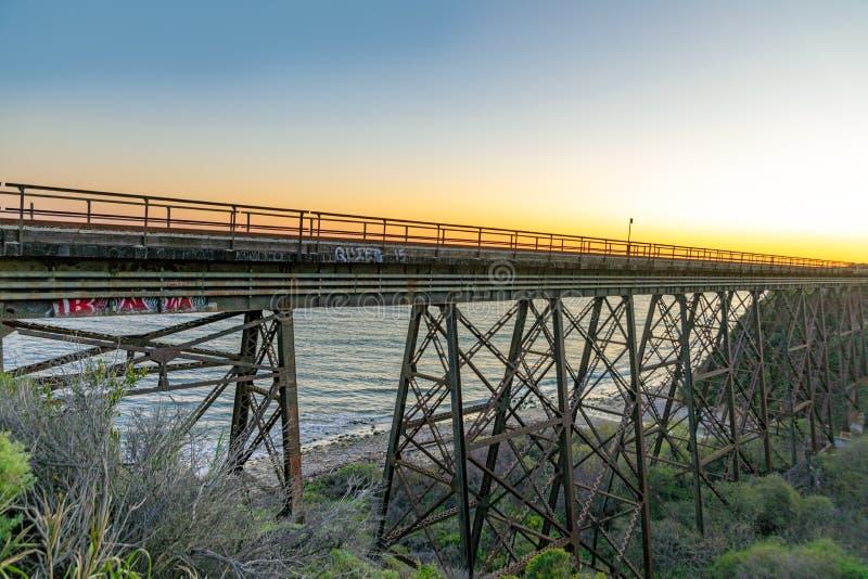 在格里塔附近的老铁路和汽车桥梁高速公路no1的在加利福尼亚 库存照片