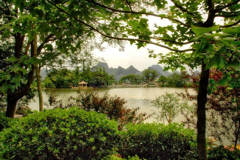 在桂林,中国附近的石灰岩地区常见的地形山 库存照片