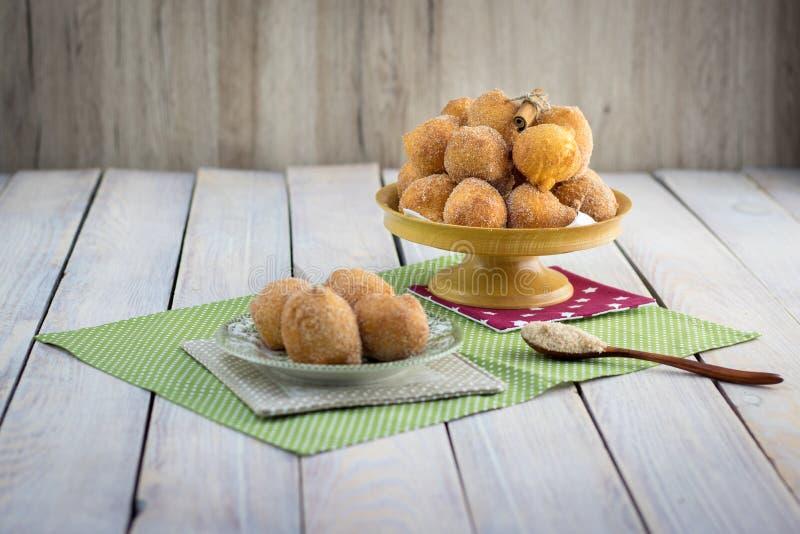 在桂香糖的油煎的凝乳油炸圈饼大理石 免版税库存图片