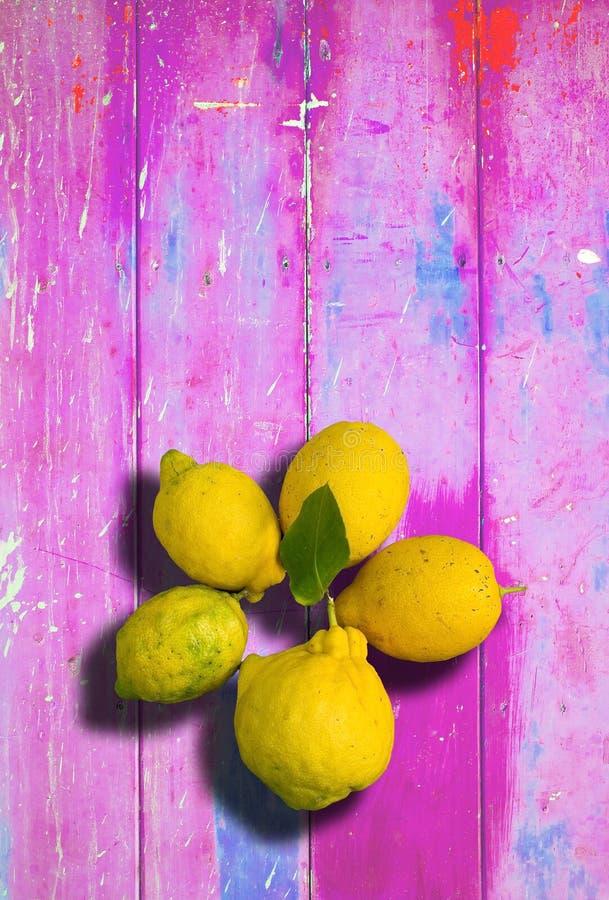 在桃红色五颜六色的破旧的别致的背景的柠檬 库存图片