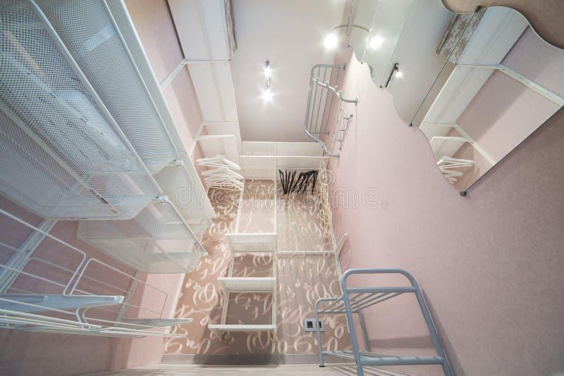 在桃红色做的一间现代化装室 免版税库存图片