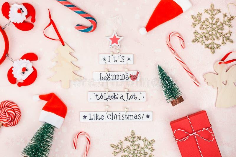 在桃红色具体背景的新年或圣诞装饰舱内甲板被放置的顶视图Xmas假日庆祝手工制造礼物盒 免版税库存图片