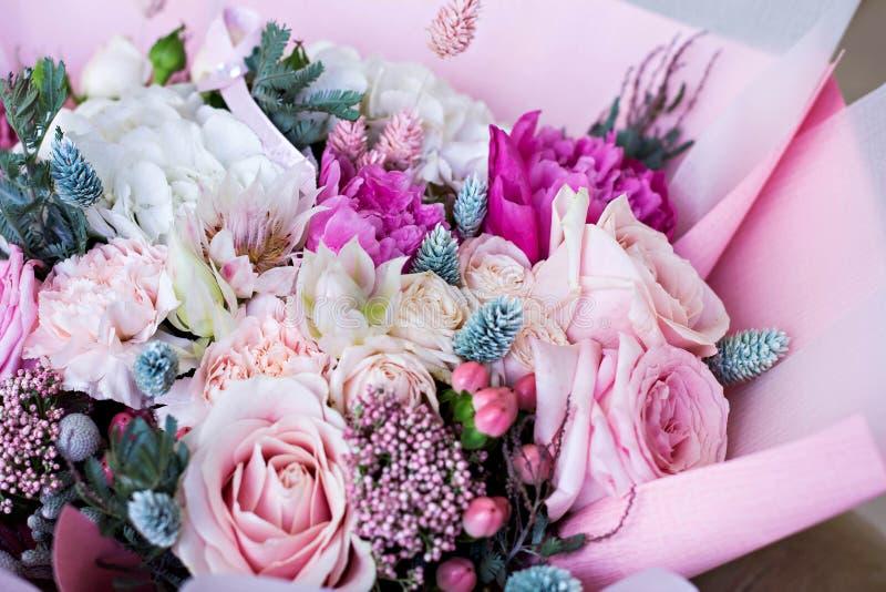 在桃红色包装纸的美丽的花束 玫瑰和其他精美美丽的花 库存照片