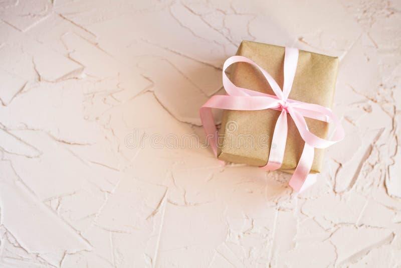 在桃红色台式视图的礼物盒 生日、母亲节或者婚礼的平的布局 免版税图库摄影