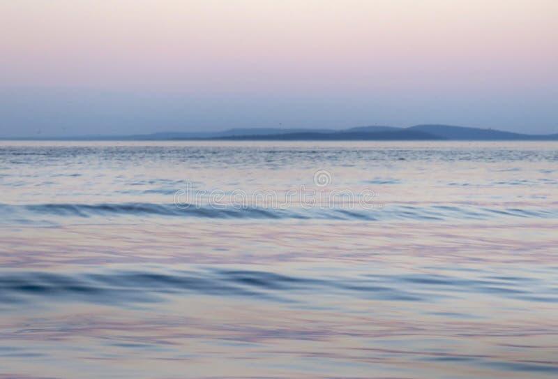 在桃红色和蓝色的湖背景,希望或信念 库存照片