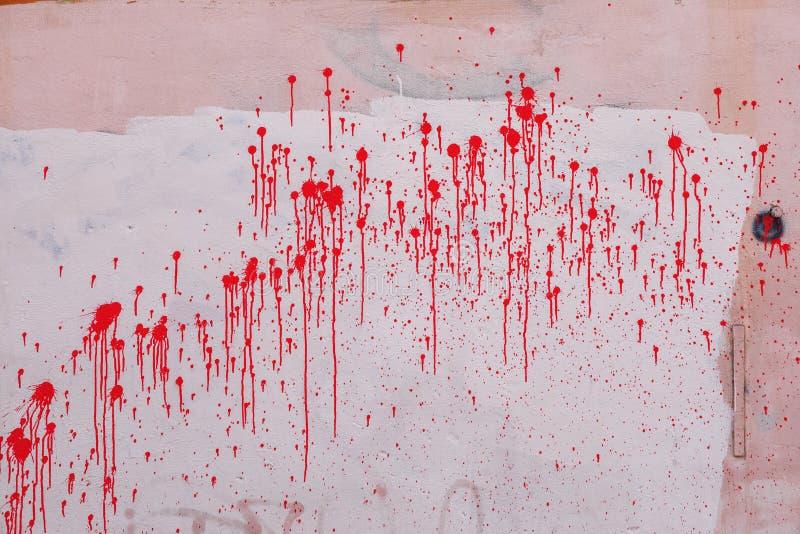 在桃红色墙壁上的五颜六色的红色油漆水滴 背景具体grunge老膏药弄脏了表面纹理墙壁 免版税库存图片