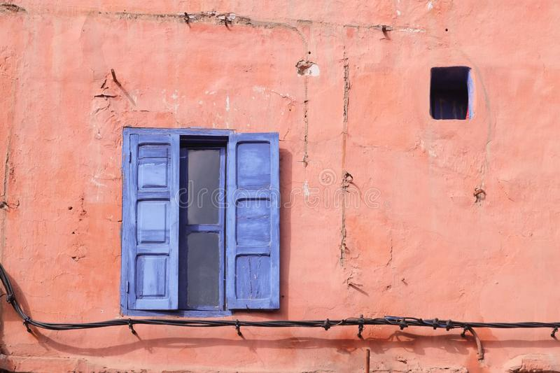 在桃红色墙壁上的蓝色窗口 免版税库存图片
