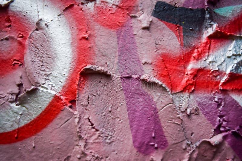 在桃红色墙壁上的街道画 免版税库存图片