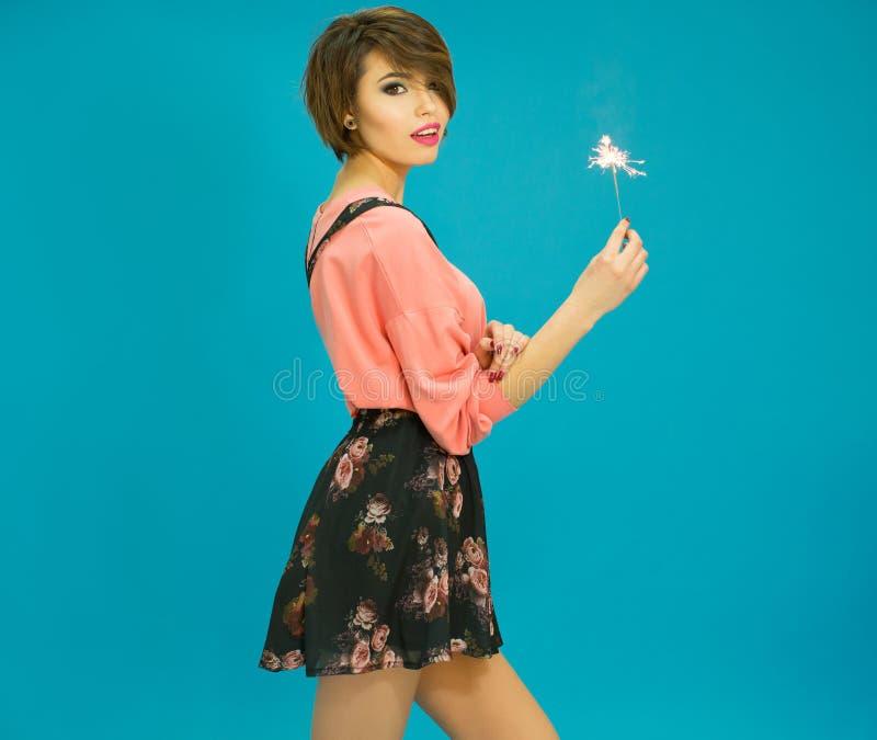在桃红色女衬衫和礼服的年轻模型 库存图片