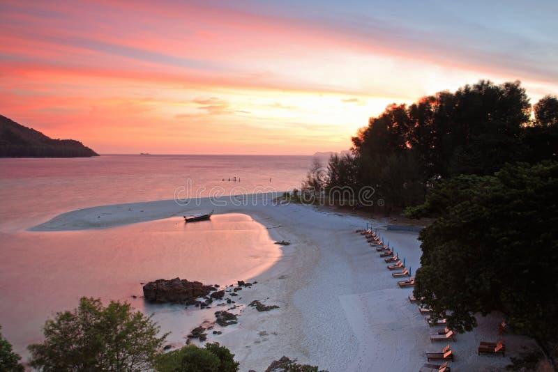 在桃红色暮色天空的热带海滩在酸值Lipe 免版税库存照片