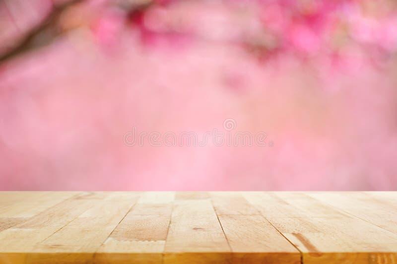 在桃红色樱花被弄脏的背景的木台式开花 免版税库存照片