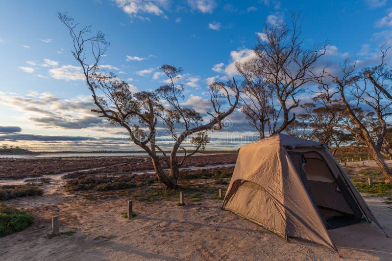 在桃红色湖Crossbie的岸的帐篷 免版税图库摄影