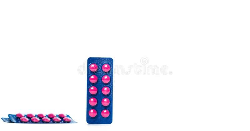 在桃红色片剂药片的异丁苯丙酸在与拷贝空间的白色背景隔绝的蓝色天线罩包装包装 安心痛苦的异丁苯丙酸, 免版税库存照片