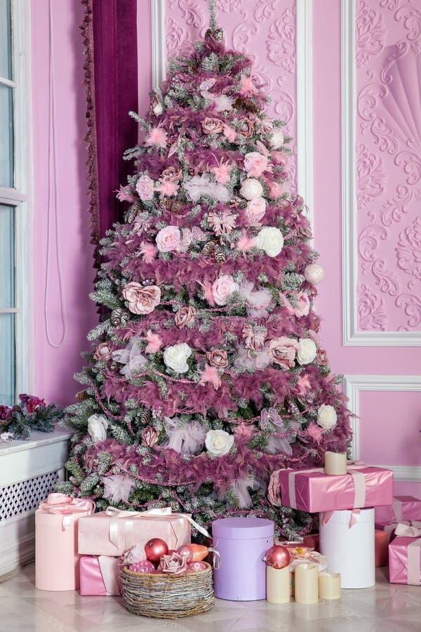 在桃红色玩具装饰的新年树 免版税库存照片