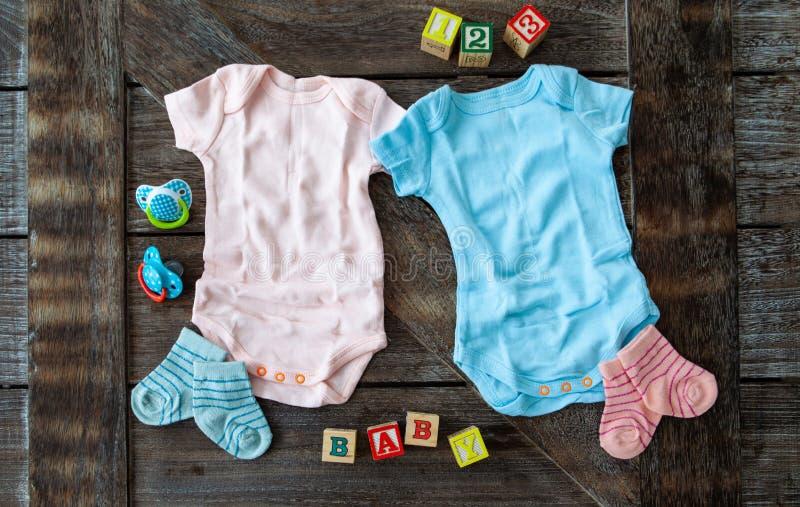 在桃红色的婴孩衣物和蓝色 库存照片