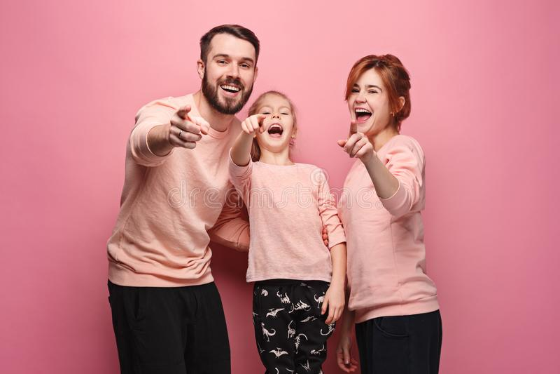 在桃红色的惊奇的年轻家庭 免版税图库摄影
