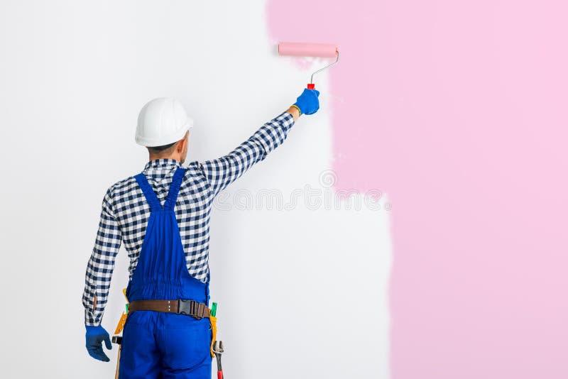 绘在桃红色的画家人背面图墙壁 库存照片