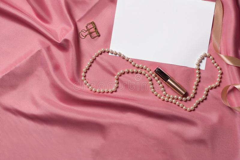 在桃红色织品的不同的妇女辅助部件 嘲笑为艺术品 免版税库存照片