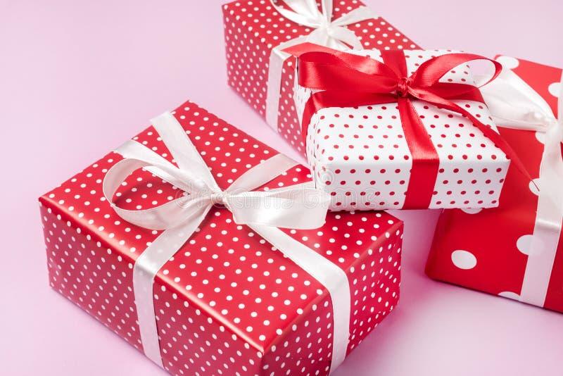 在桃红色背景水平的拷贝空间背景的礼物与礼物盒关闭设置了礼物盒 免版税库存图片