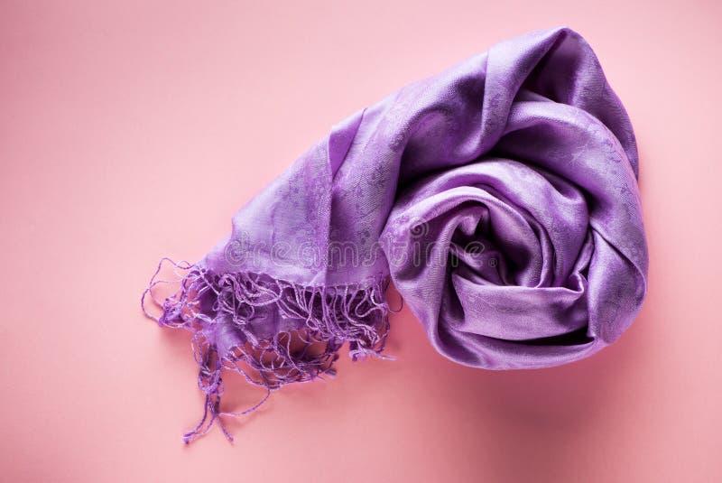 在桃红色背景的丝绸围巾 图库摄影