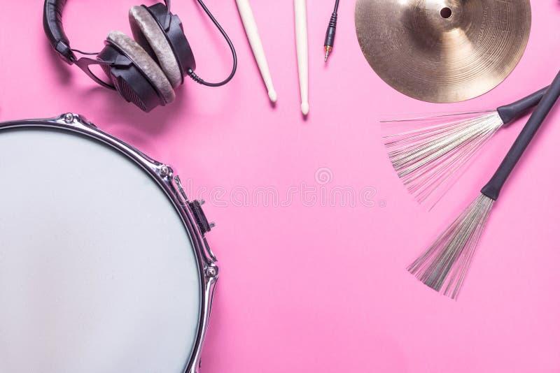 在桃红色背景的乐器 免版税库存图片