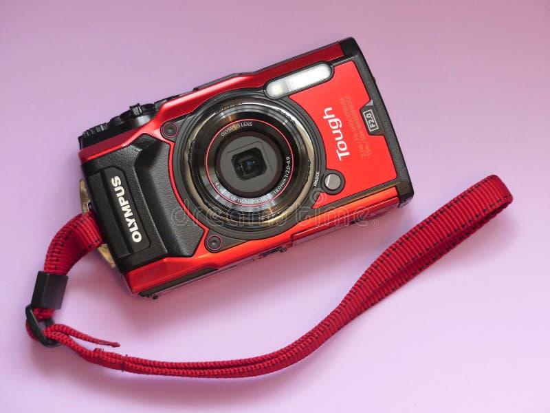 在桃红色背景的奥林匹斯山TG-5坚韧防水的紧凑数码相机 库存图片