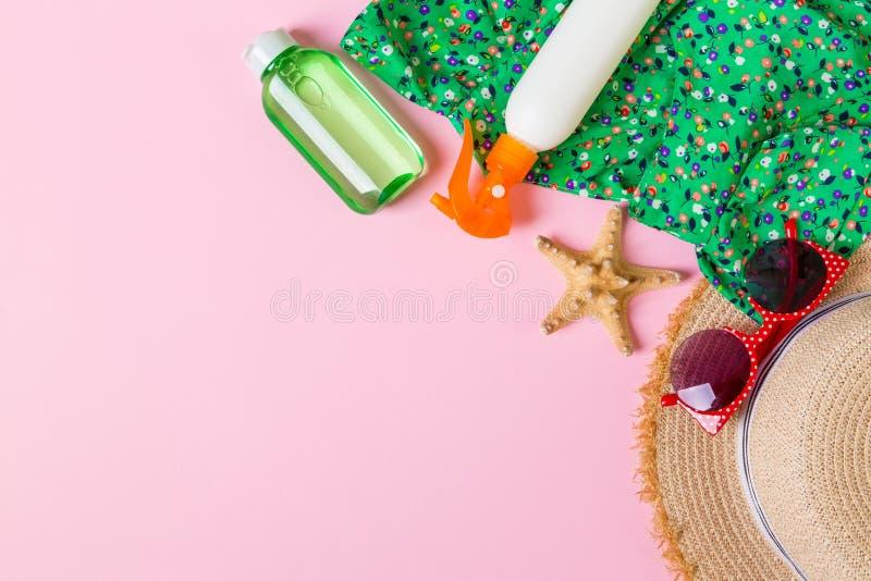 在桃红色背景的妇女夏天成套装备顶视图 时尚假期概念 库存照片