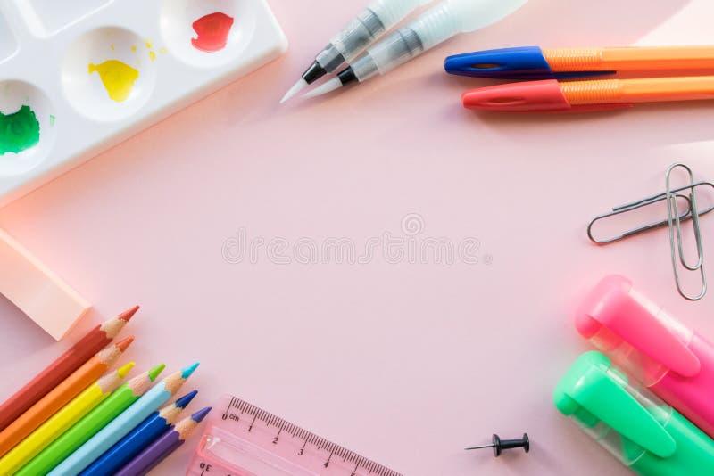 在桃红色背景的学校画的供应 r 免版税库存照片