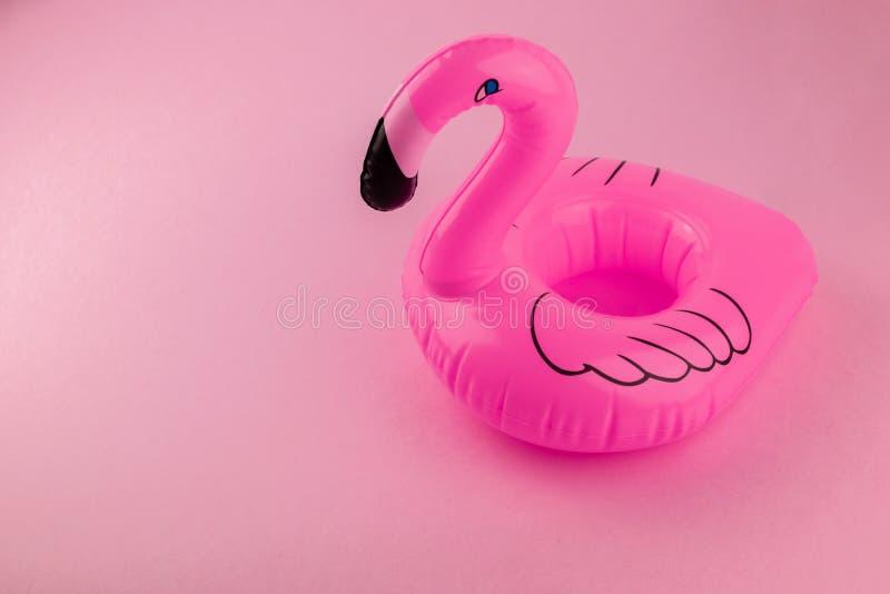 在桃红色背景的巨型可膨胀的火鸟,水池浮游物党,时髦与裁减路线的夏天最小的概念 免版税库存图片