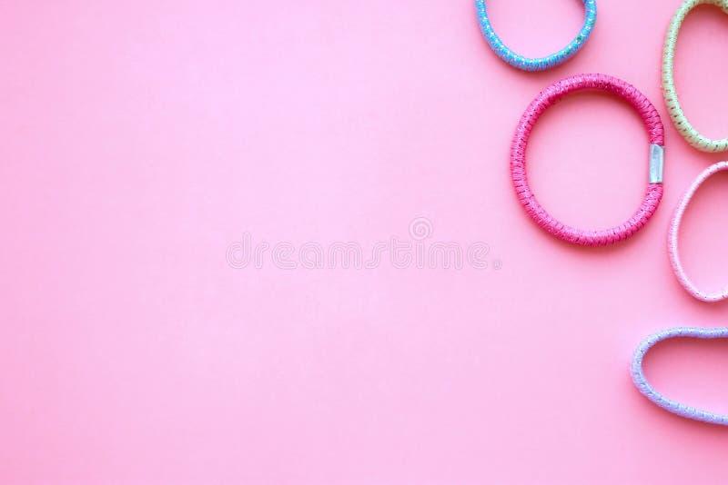 在桃红色背景的有弹性发带与自由空间 库存照片