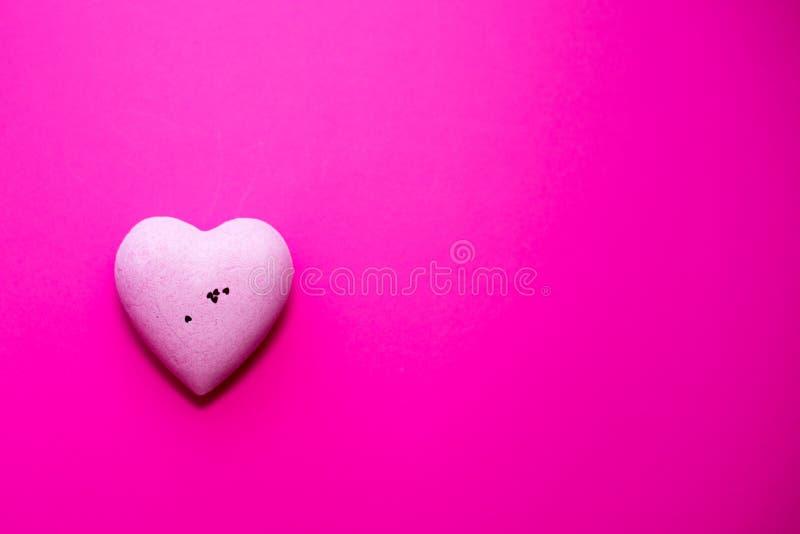 在桃红色背景的桃红色心脏 复制空间 爱的概念 日s华伦泰 平的位置 免版税库存图片