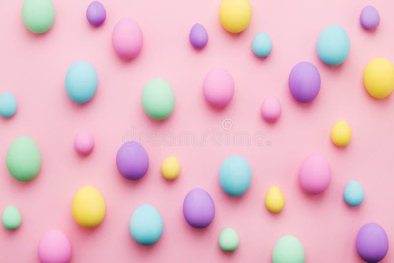 在桃红色背景的淡色色的复活节彩蛋样式 免版税库存照片