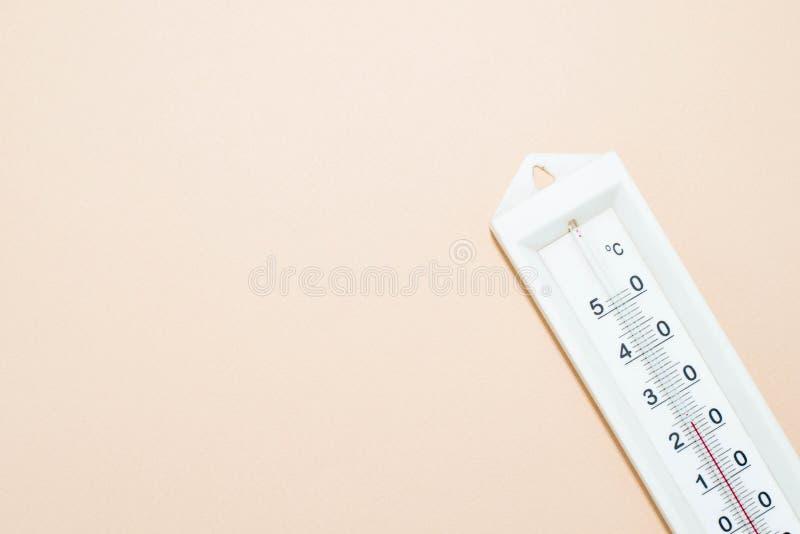 在桃红色背景的温度计 库存照片