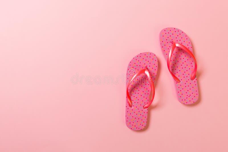 在桃红色背景的珊瑚触发器 r 库存图片