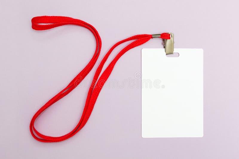 在桃红色背景的空白的徽章大模型 垂悬的简单的空的名牌嘲笑在与红色串的脖子 图库摄影