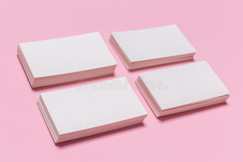 在桃红色背景的空白的白色名片 免版税图库摄影