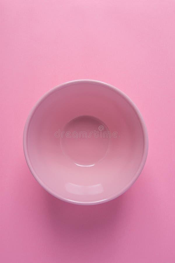 在桃红色背景的空的碗 相同单色淡色 最低纲领派创造性的几何图象海报横幅 免版税库存图片