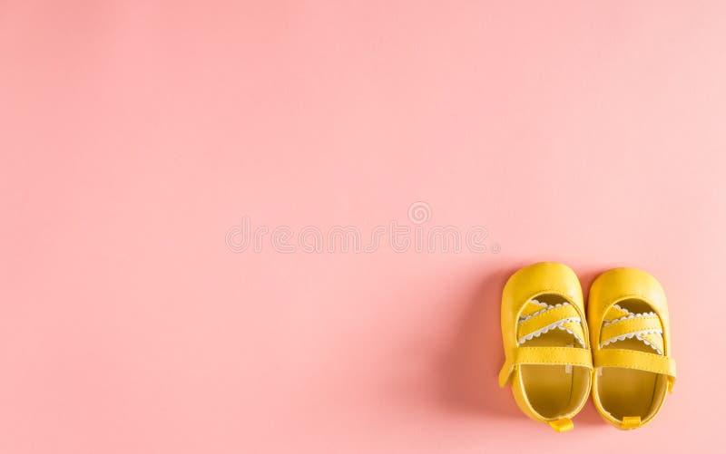 在桃红色背景的童鞋 库存照片