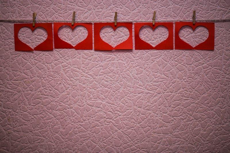 在桃红色背景的红色心脏形状诗歌选 免版税图库摄影