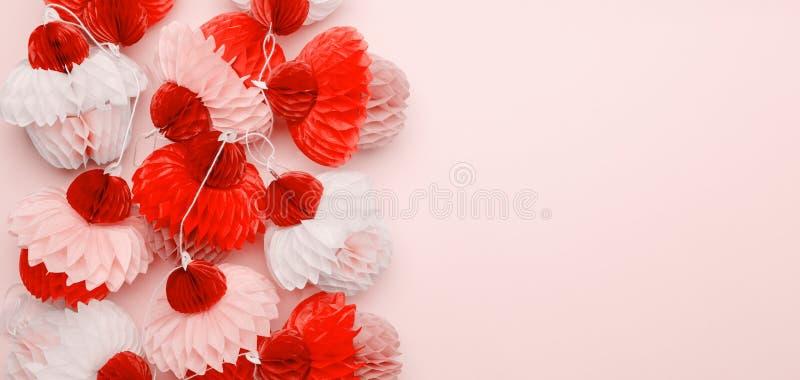在桃红色背景的纸杯形蛋糕诗歌选 党和庆祝概念 适合伟大为您的任何项目! 居住的珊瑚题材- 库存图片