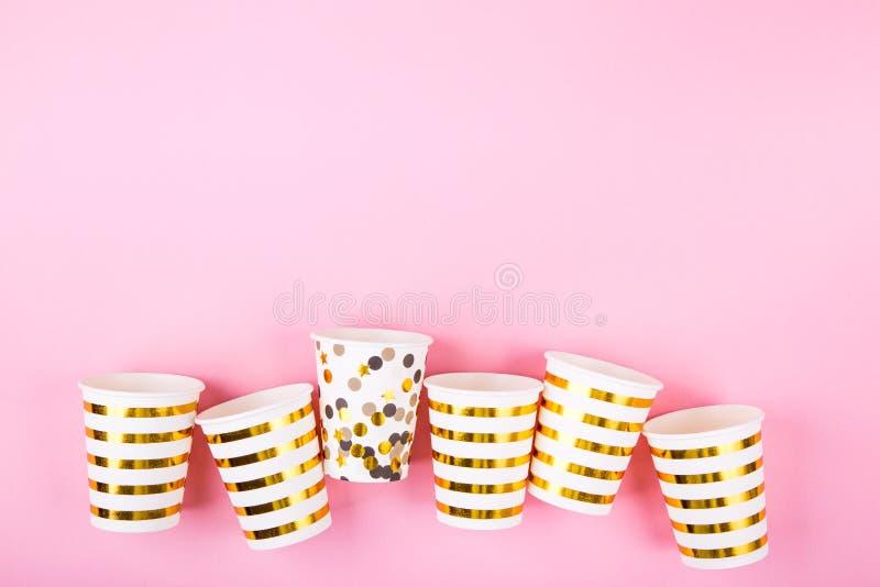 在桃红色背景的纸杯 库存照片