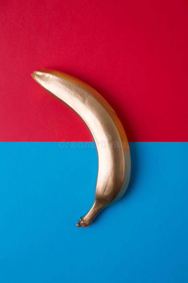 在桃红色背景的蓝色香蕉 免版税图库摄影
