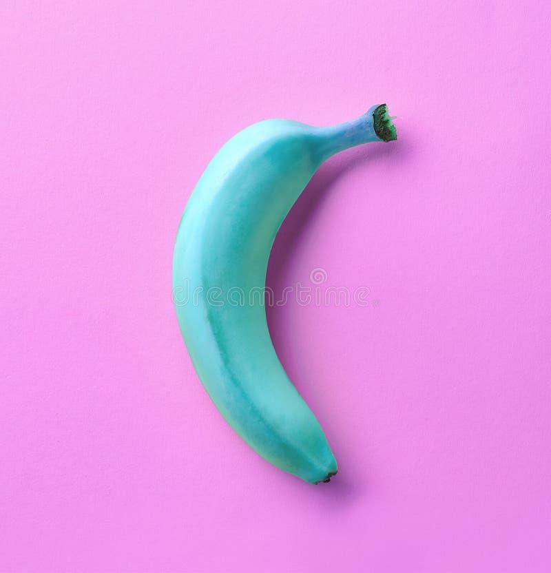 在桃红色背景的蓝色香蕉 免版税库存图片