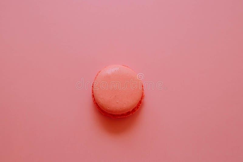 在桃红色背景的蛋白杏仁饼干珊瑚颜色 免版税图库摄影