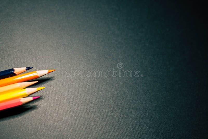 在桃红色背景的许多铅笔 免版税库存照片