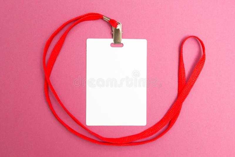 在桃红色背景隔绝的空白的徽章大模型 简单的空的名牌嘲笑与红色串 库存照片